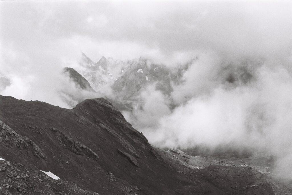 Montagnes brumeuses dans l'Ubaye
